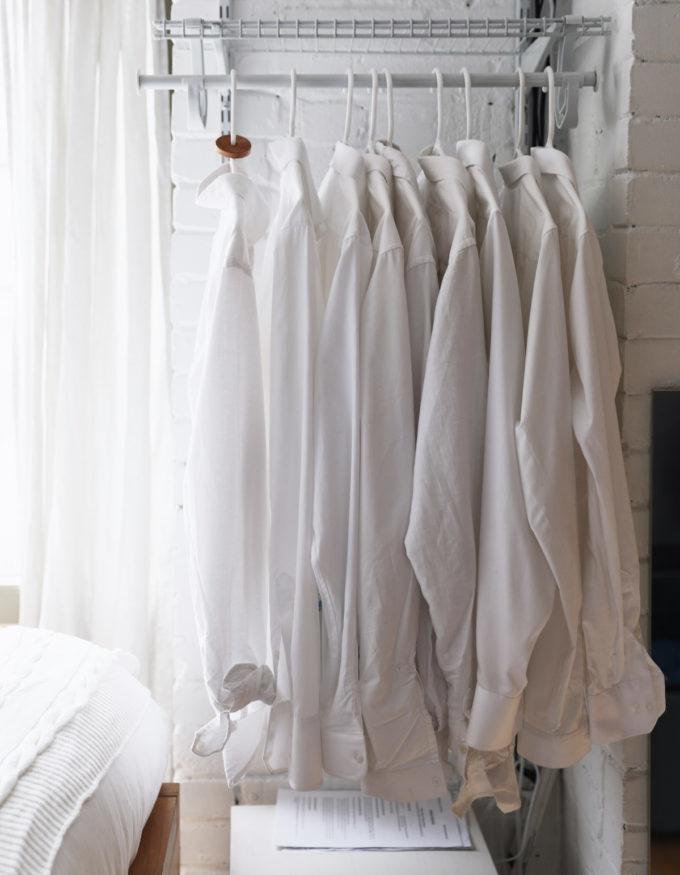 Вешалками для одежды заняты свободные ниши с обоих сторон спальни.
