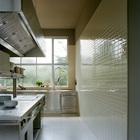 На кухне использована простая кафельная плитка, мебель из нержавейки и профессиональное кухонное оборудование. Это создает впечатление профессиональной кухни и значительно облегчает проведение вечеринок.
