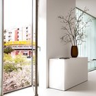 Окно галереи на втором этаже с французским балкончиком выходит в сад.