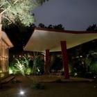 В вечернее время подсветка двора подчеркивает красоту зелени и объектов архитектуры.
