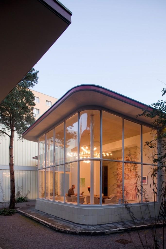Дизайнеры и архитекторы, по просьбе владельца, постарались сохранить здание заправочной станции в первозданном виде с минимальными изменениями.