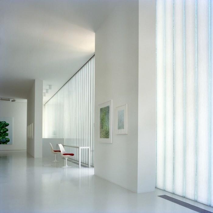 Художественная галерея на втором этаже дома, точнее стеклянной пристройки к дому.