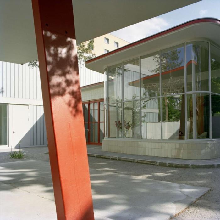 Ландшафтные дизайнеры оставили крышу некогда накрывавшую действующие бензоколонки. Теперь она служит крышей современной стильной террасы.