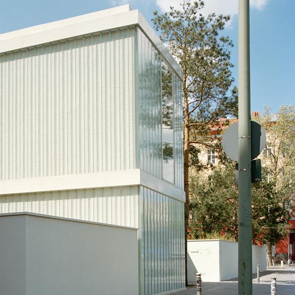 Минималистский фасад нового здания из стеклопрофилита выходит на улицу.