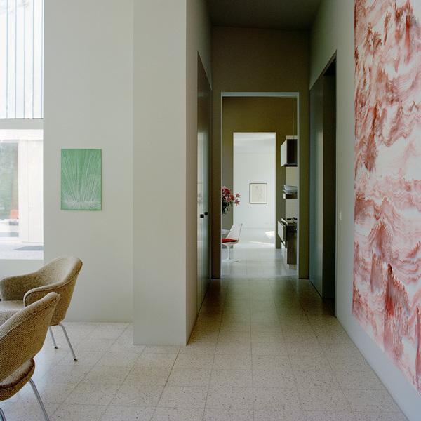 Плитка грес на полу объединяет помещения старого здания заправки, придавая его интерьеру некой аутентичности.