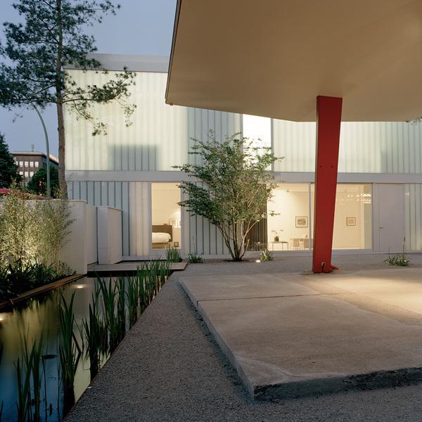 Рядом с террасой появился зеркальный бассейн украшенный бамбуком и