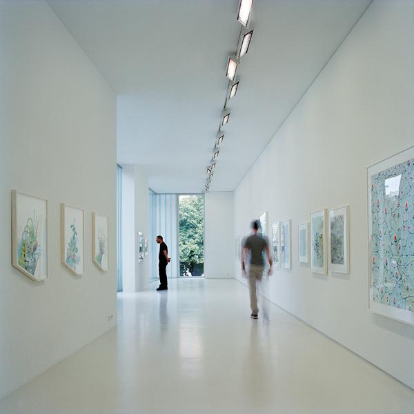 Светлое белое помещение галереи на втором этаже служит идеальной нейтральной основой для любой экспозиции.