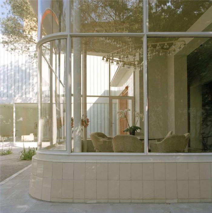 Своеобразная столовая - кабинет в округлом остекленном эркере здания заправки.
