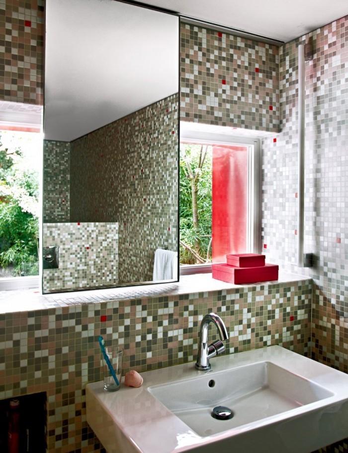 Ванная комната с красной коробке пристройки к дому. Большие окна выходящие в сад каждое утро поднимают настроение хозяину дома.