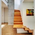 Лестница изгибаясь ведет на второй этаж. (лестница,архитектура,дизайн,интерьер,экстерьер)
