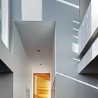 Игра света играет важную роль в восприятии пространства дома. (вход,прихожая,архитектура,дизайн,интерьер,экстерьер)