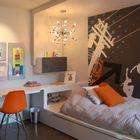 Современная небольшая детская с письменным столом переходящим в изголовье кровати, что существенно увеличивает полезную площадь столешницы.