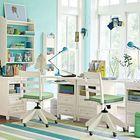 Традиционные белые письменные столы для двух школьников.