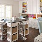 Высокий стол с барными стульями в центре комнаты для совместной работы как дополнение индивидуальным столам вдоль стен.