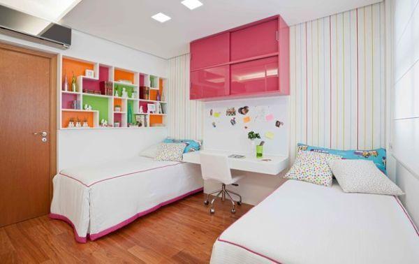 Детская для двоих детей с рабочим столом между кроватями. Магнитная доска над столом хорошо дополняет рабочее место.
