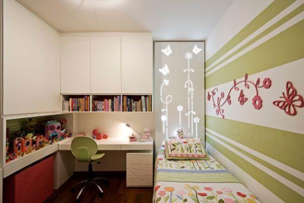 Необычная детская с цветочным декором в оформлении с письменным столом у кровати.