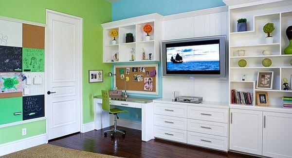 Письменный стол школьника с полезной и удобной пробковой доской на стене перед столом