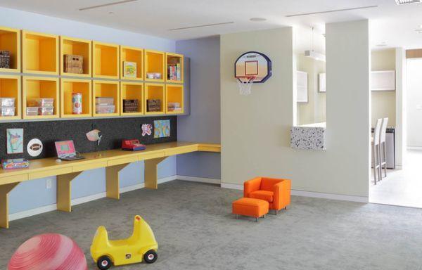 Полка вдоль стены предоставит огромное количество места как для учебы так и для увлечений ребенка.
