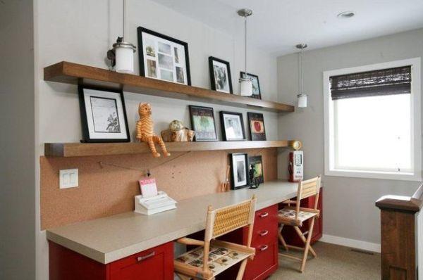Рабочий стол для двоих детей в холле второго этажа может может сэкономить место в детских спальнях.