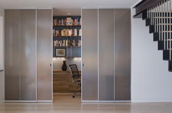 Рабочий стол школьника можно разместить практически в любой комнате за полупрозрачной перегородкой.