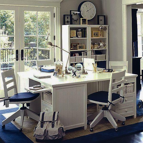 Рабочий стол сразу для четырех подростков школьников. Письменный стол не занимает много места и удобен в использовании.