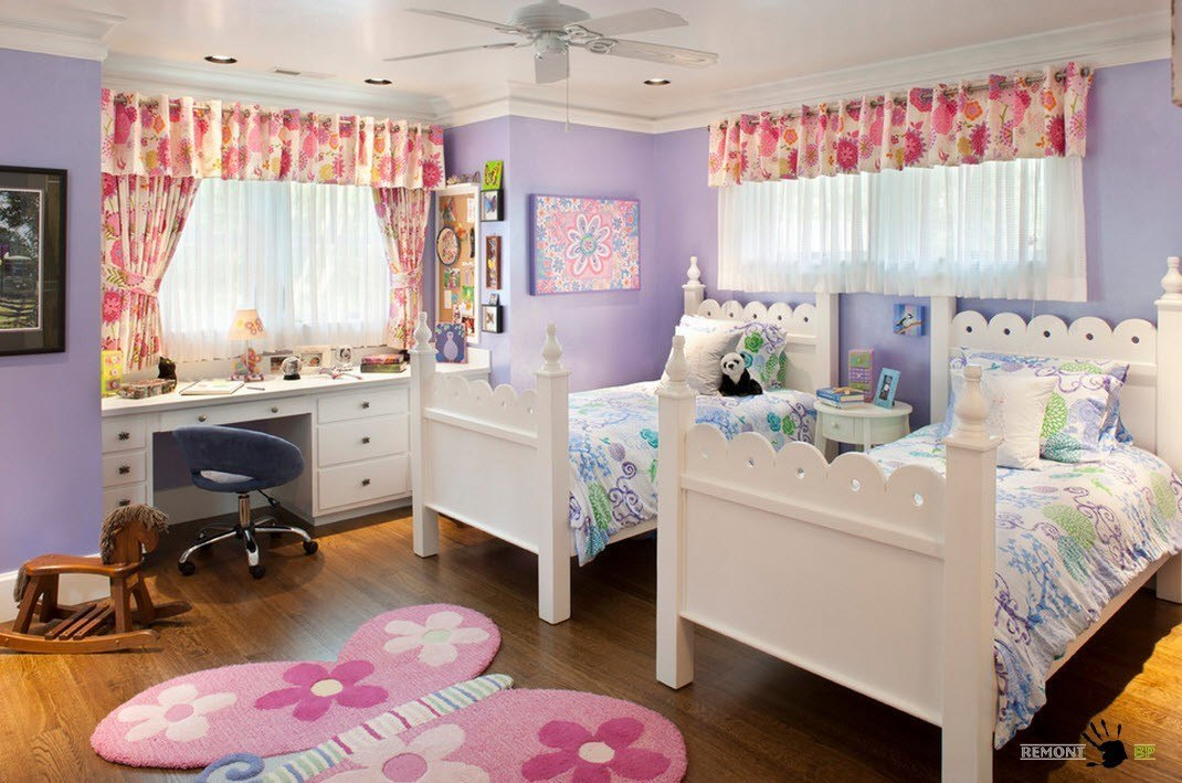 Рабочий стол у окна в детской для двух девочек.