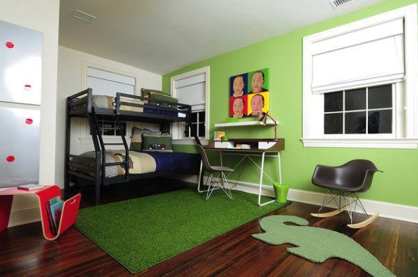 Рабочий стол в детской с зеленым ковром и акцентной салатной стеной.