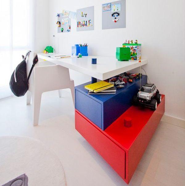 Современный рабочий стол школьника с яркими красными и синими ящиками.