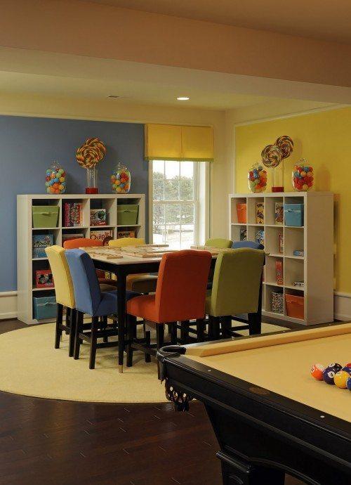 Стол в центре комнаты может стать центром для совместной работы школьников.