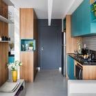 Небольшая прихожая открывается в кухню, однако дизайнер позаботился о наличии практичных и вместительных шкафов в прихожей, несмотря на ее компактный размер. (квартиры,апартаменты,маленький дом,мебель,интерьер,дизайн интерьера,архитектура,дизайн,экстерьер,современный,кухня,дизайн кухни,интерьер кухни,кухонная мебель,мебель для кухни,фото кухни,вход,прихожая,маленькая прихожая,идеи прихожей,оформление прихожей,мебель для прихожей,вешадка для прихожей)