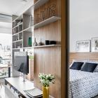 Полупрозрачная книжная полка является ключевым элементом обновленной квартиры, который позволила создать полноценную спальню и выделив небольшую, но удобную жилую часть квартиры. (квартиры,апартаменты,маленький дом,мебель,интерьер,дизайн интерьера,архитектура,дизайн,экстерьер,современный,гостиная,дизайн гостиной,интерьер гостиной,мебель для гостиной,фото гостиной,идеи гостиной,спальня,дизайн спальни,интерьер спальни,фото спальни,мебель для спальни,кровать)