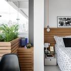 Пространство организовано таким образом, что на балкон можно попасть как из спальни, так и из кухни. Деревянные ящики в углу балкона закрывают кондиционер и служат цветочными вазонами. (квартиры,апартаменты,маленький дом,мебель,интерьер,дизайн интерьера,архитектура,дизайн,экстерьер,современный,спальня,дизайн спальни,интерьер спальни,фото спальни,мебель для спальни,кровать,столовая,дизайн столовой,интерьер столовой,мебель для столовой,фото столовой,идеи столовой,балкон,лоджия,дизайн лоджии,дизайн балкона,ремонт балкона,ремонт лоджии,фото балкона,инеи балкона)