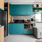 Темно-бирюзовый цвет кухонного фасада, по задумке дизайнера, визуально расширяет небольшое жилое пространство квартиры. (квартиры,апартаменты,маленький дом,мебель,интерьер,дизайн интерьера,архитектура,дизайн,экстерьер,современный,кухня,дизайн кухни,интерьер кухни,кухонная мебель,мебель для кухни,фото кухни)