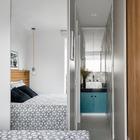 Зеркальная дверь плательного шкафа в спальне заставляет спальню казаться больше. Зеркало над умывальником, который находится прямо в спальне, продолжает эту же идею. (квартиры,апартаменты,маленький дом,мебель,интерьер,дизайн интерьера,архитектура,дизайн,экстерьер,современный,спальня,дизайн спальни,интерьер спальни,фото спальни,мебель для спальни,кровать,ванна,санузел,душ,туалет,дизайн ванной,интерьер ванной,сантехника,кафель,керамика,фото ванной,идеи ванной)