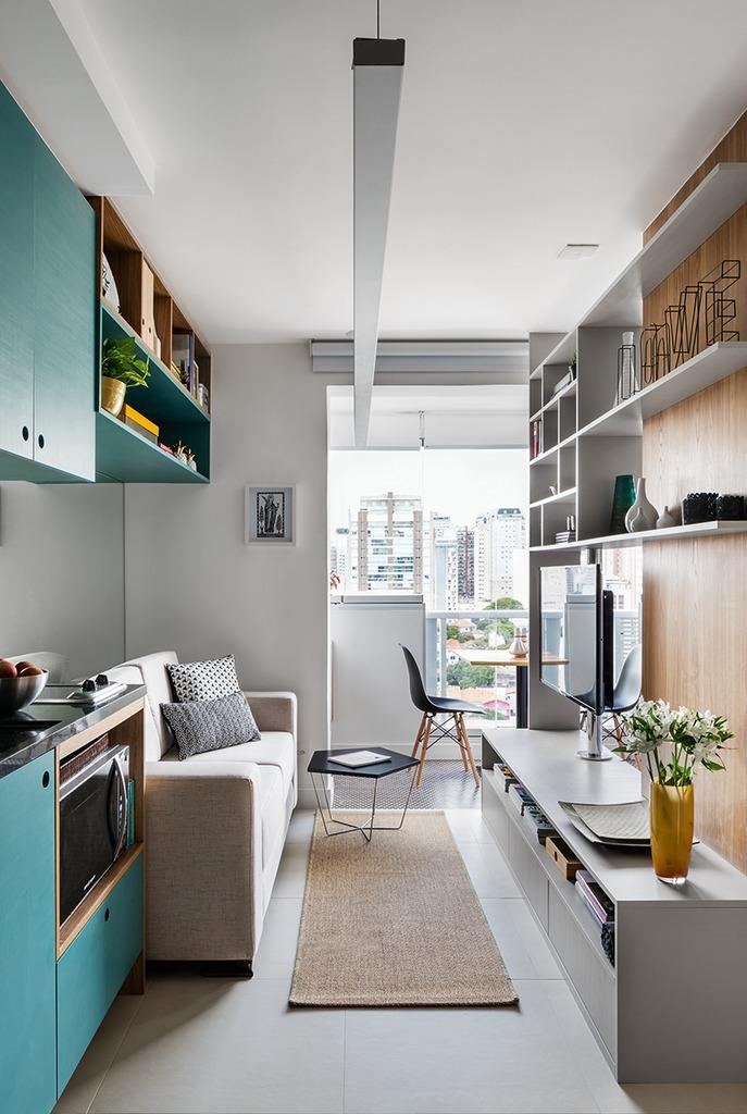 Кухня-гостиная - это необходимый компромисс на который пришлось пойти дизайнеру. Решение вполне практичное и комфортное, как и обеденный стол на балконе.