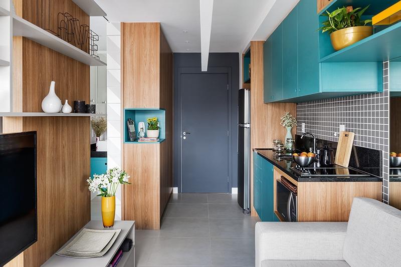 Небольшая прихожая открывается в кухню, однако дизайнер позаботился о наличии практичных и вместительных шкафов в прихожей, несмотря на ее компактный размер