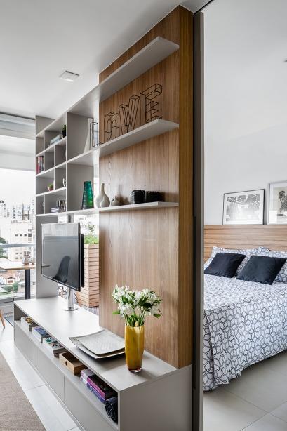 Полупрозрачная книжная полка является ключевым элементом обновленной квартиры, который позволила создать полноценную спальню и выделив небольшую, но удобную жилую часть квартиры.