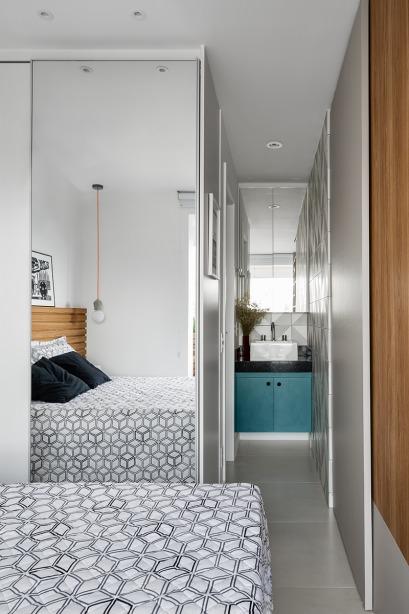 Зеркальная дверь плательного шкафа в спальне заставляет спальню казаться больше. Зеркало над умывальником, который находится прямо в спальне, продолжает эту же идею