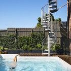 Для небольшого дворика очень важна правильна организация пространства и озеленение. Когда вьющиеся растения заплетут забор, дворик обретет законченный вид.