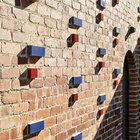 Красные и синие кирпичи добавленные в кирпичную кладку разнообразят и украшают фасад выходящий во двор.
