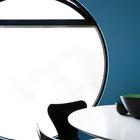 Редко можно встретить круглое окно с форточкой. Большое круглое окно делает интерьер столовой значительно интереснее.