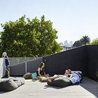 Терраса на крыше нового кирпичного дома стала дополнением небольшого дворика.