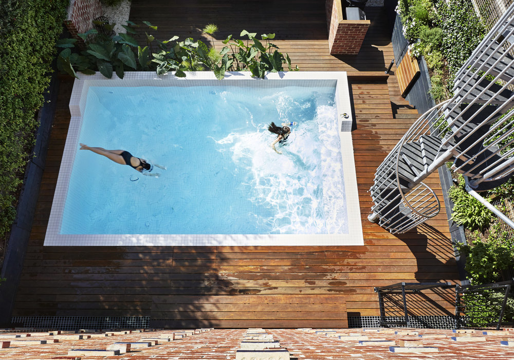 Благодаря тому, что новое здание значительно компактнее старого гаража, у дома появился дворик с бассейном и площадкой для барбекю
