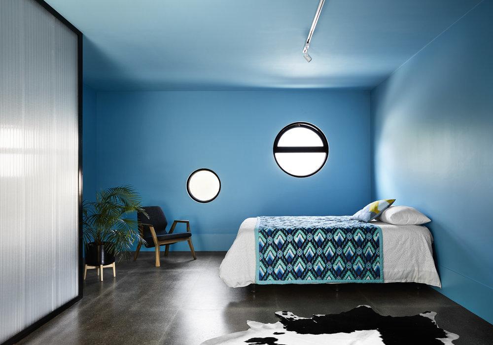 Синий интерьер просторной спальни дарит умиротворяющее спокойствие