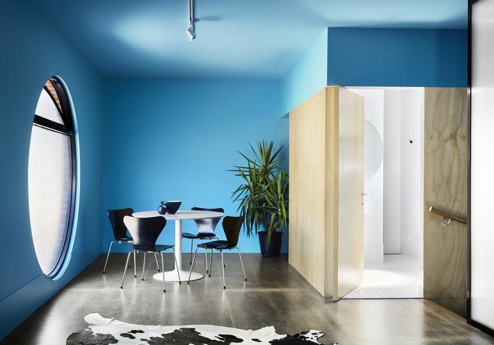 Синий с деревом - всегда удачная комбинация для интерьера.