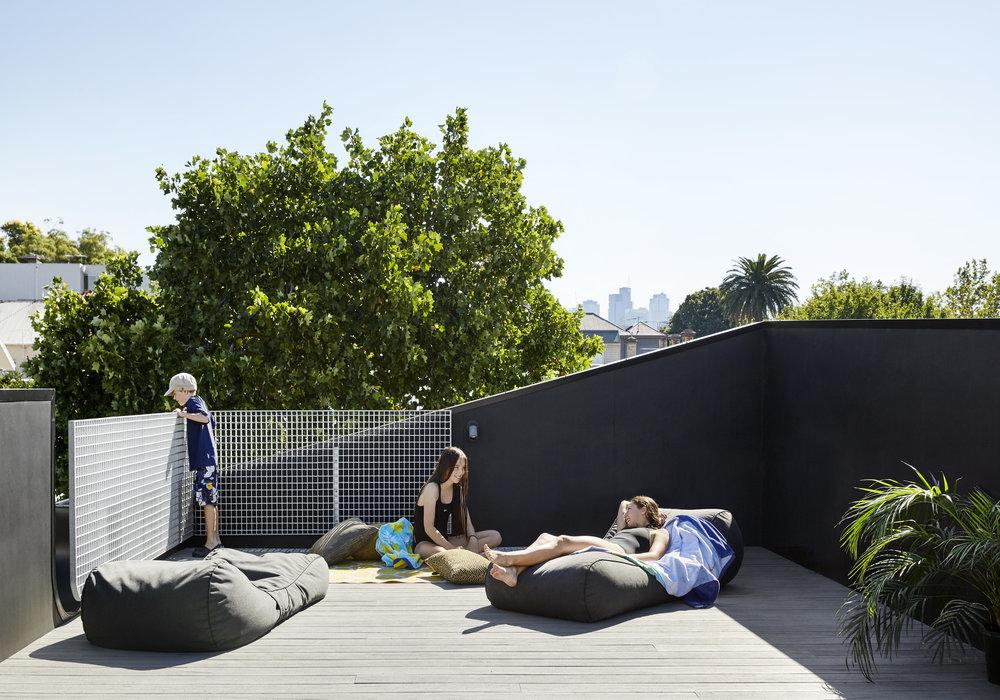 Терраса на крыше нового кирпичного дома стала дополнением небольшого дворика