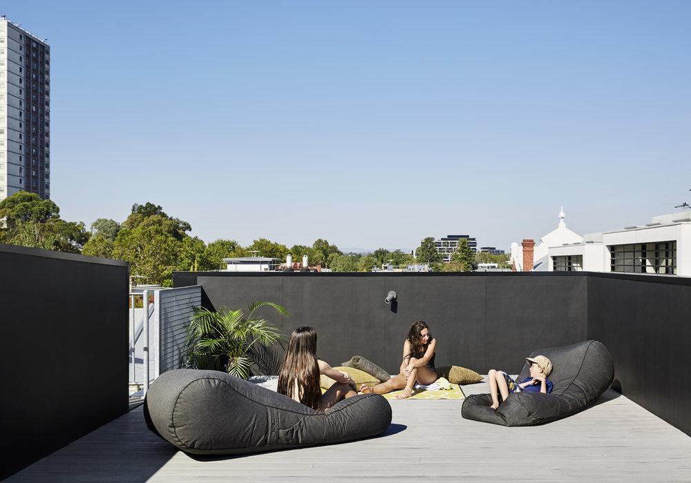 Высокие парапеты защищают террасу на крыше как от ветра, так и случайных взглядов.
