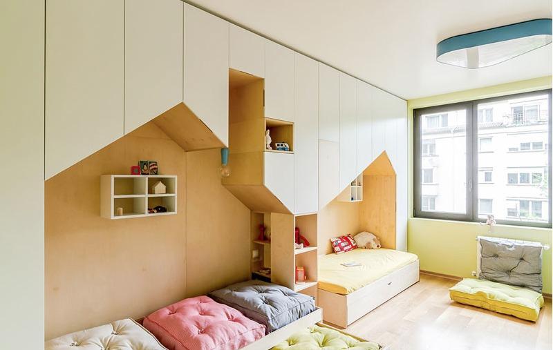 В нишах-домиках расположились детские кровати. Над кроватями размещены полочки имитирующие по форме окошки..