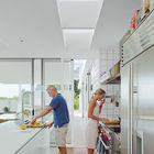 Из кухни сдвижная стеклянная дверь ведет на террасу в жилую комнату на открытом воздухе. (современный,пляжный,архитектура,дизайн,экстерьер,интерьер,дизайн интерьера,мебель)