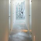 Коридор соединяющий спальни и ванные комнаты. Бетонный пол очень практичен. (современный,пляжный,архитектура,дизайн,экстерьер,интерьер,дизайн интерьера,мебель)